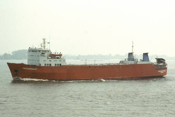 Feedercadet pictured on the River Elbe on 27th May 2001